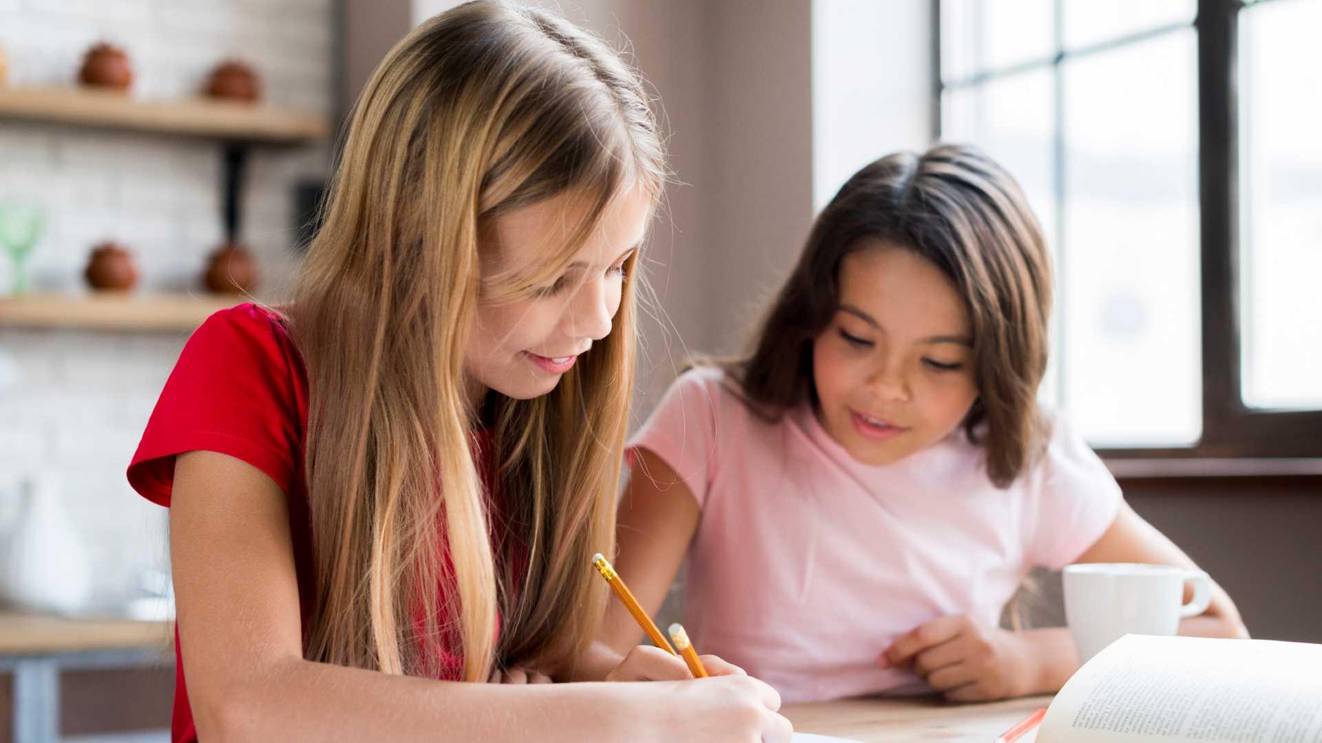 Dos niñas haciendo tareas juntas