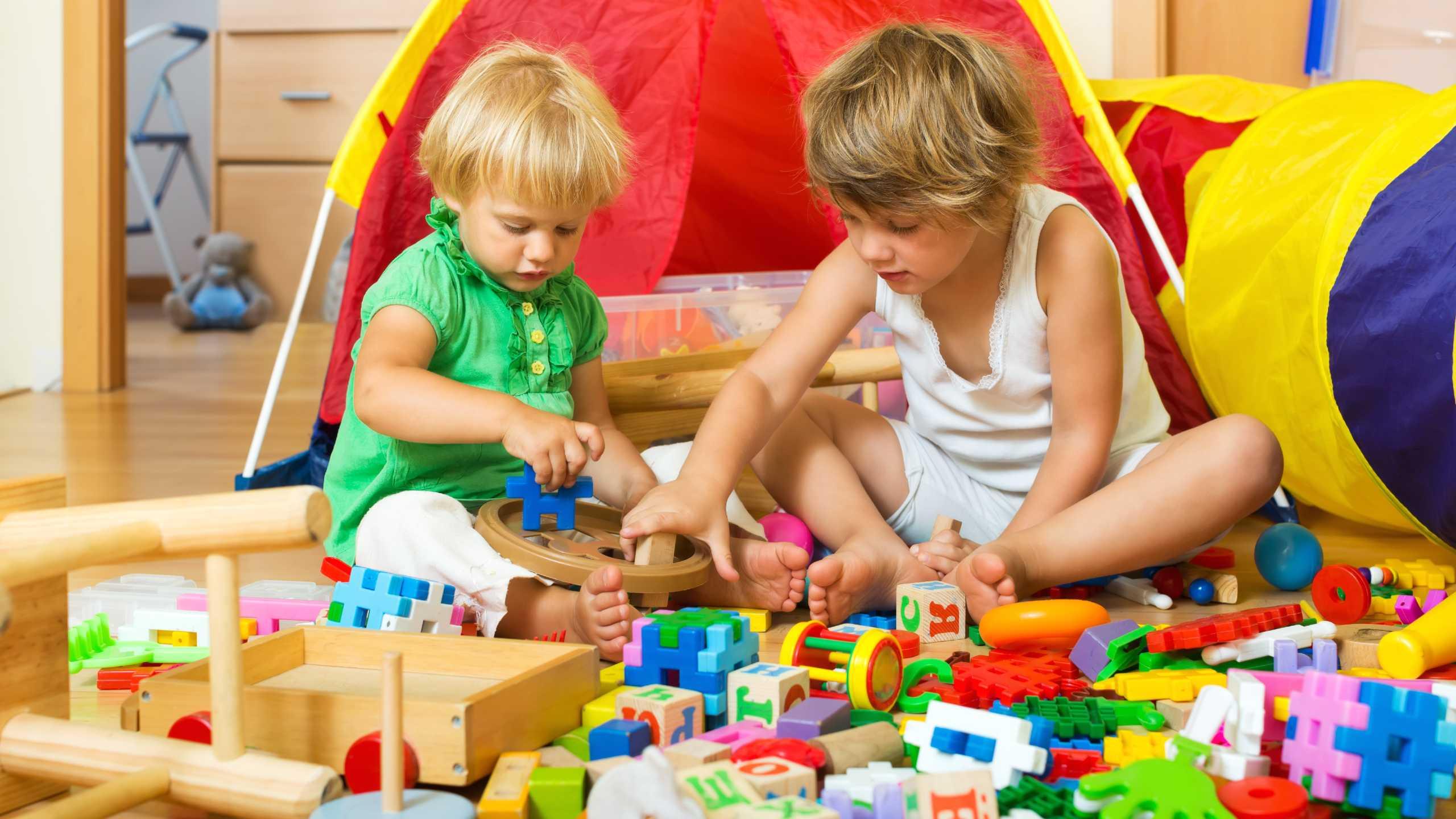 Niños jugando con juguetes armables de diferentes colores