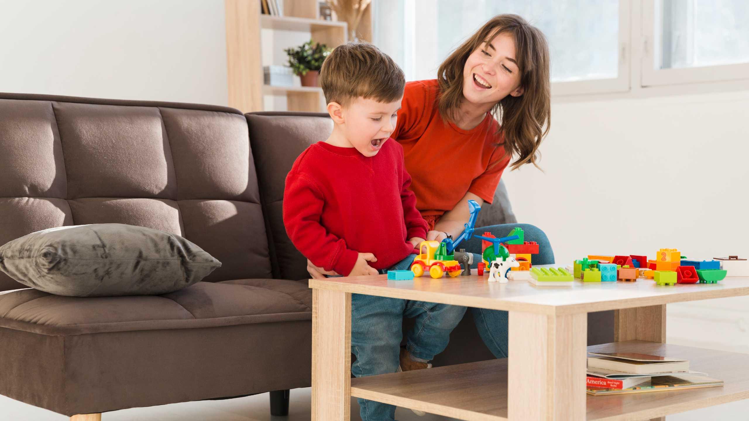 Madre viendo hijo jugando en medio de una terapia ocupacional